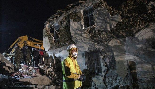 Σεισμός στην Αλβανία: Ολονύχτιες οι προσπάθειες των σωστικών συνεργείων
