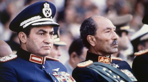 Ο Χόσνι Μουμπάρακ δίπλα στον Ανουάρ Σαντάτ, λίγο πριν δεχθούν επίθεση το 1981