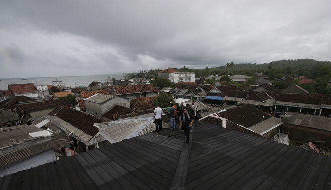 Άνθρωποι ανέβηκαν στις ταράτσες των σπιτιών τους υπό τον φόβο εκδήλωσης νέου τσουνάμι