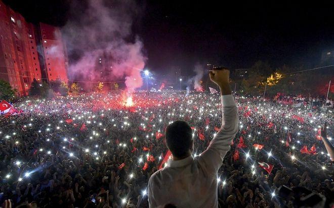 Ο Εκρέμ Ιμάμογλου σε συγκέντρωση υποστηρικτών του μετά την ανακοίνωση του αποτελέσματος