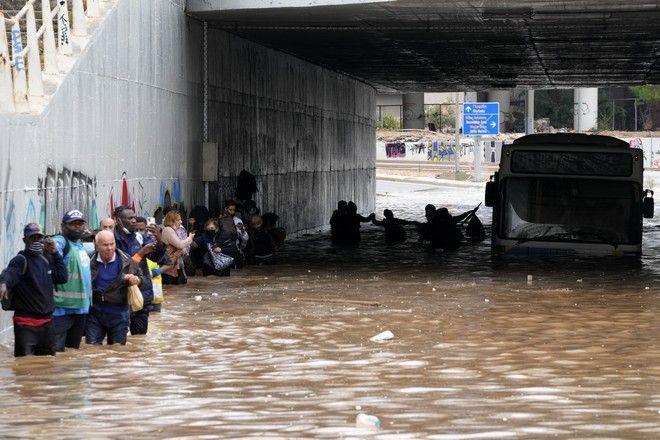Επιβάτες εξέρχονται από το λεωφορείο που σταμάτησε στην Παλαιά Λεωφόρο Ποσειδώνος