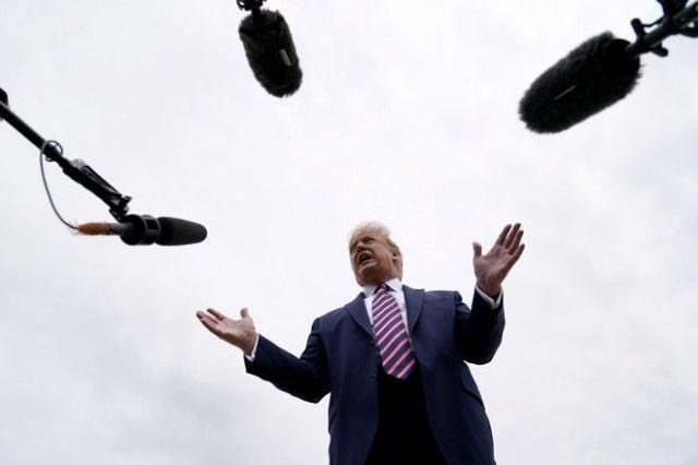 Ο Ντόναλντ Τραμπ μπροστά σε μικρόφωνα