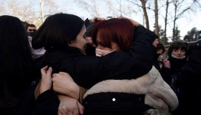 Φοιτητές αγκαλιάζονται μετά από την απελευθέρωση των 31 συλληφθέντων της κατάληψης του ΑΠΘ