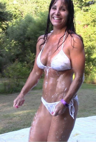 the_farm_girl_who_makes_a_living_by_doing_everything_in_a_bikini_640_05
