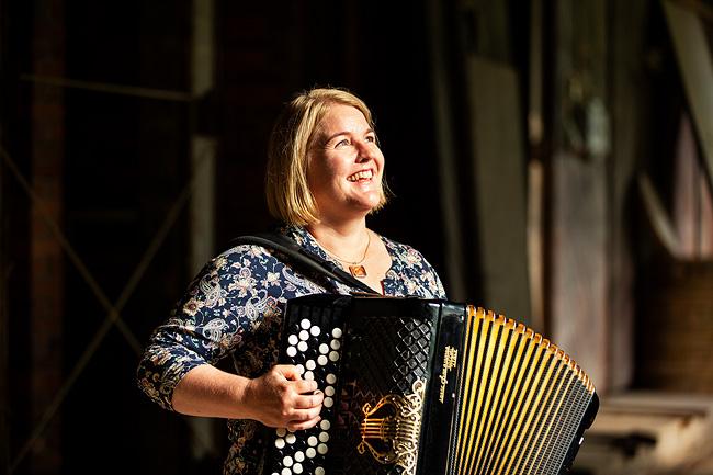 Yhteislaulujen laulattajana on Mari Kätkä. Kuvaaja: Kari Kohvakka
