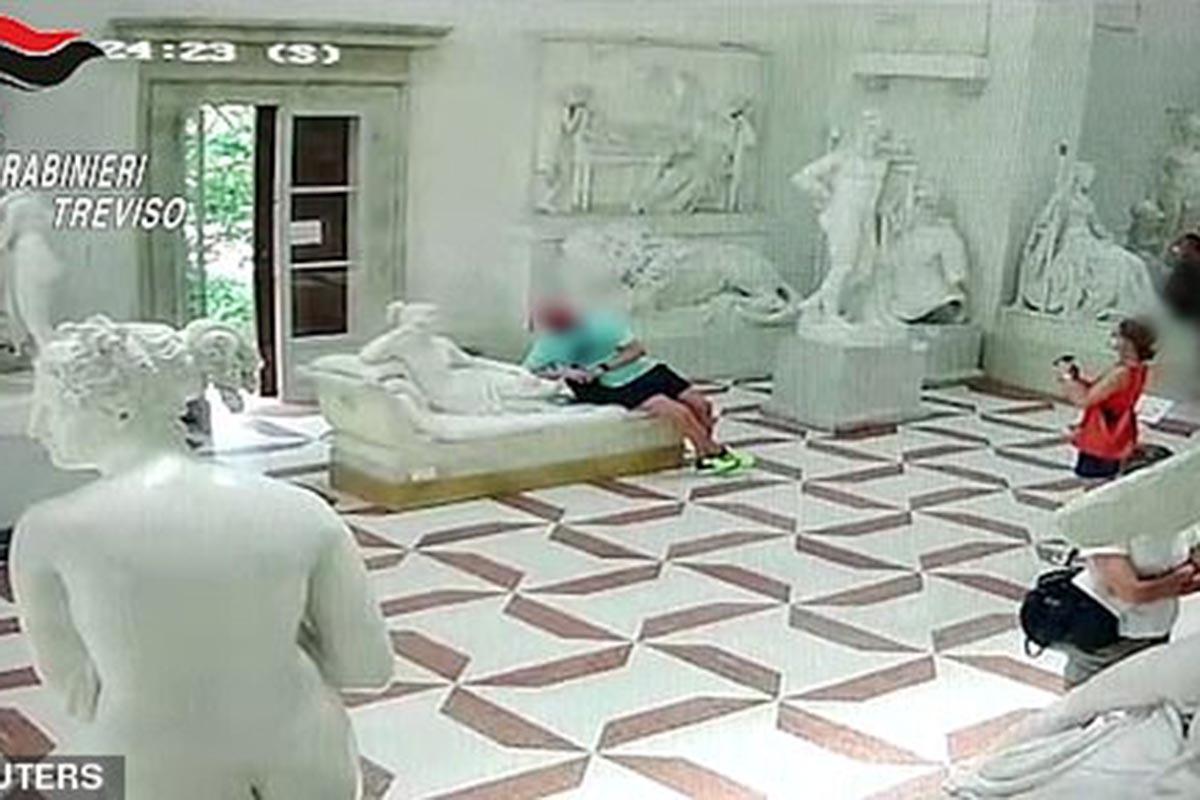 Τουρίστας «πόζαρε» με γλυπτό 200 ετών και το έσπασε! (βίντεο)