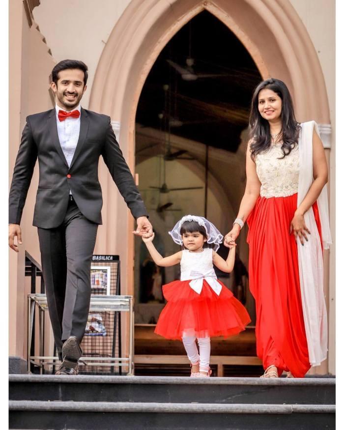 Anchor Ravi Wife Nithya Saxena and Daughter Viya