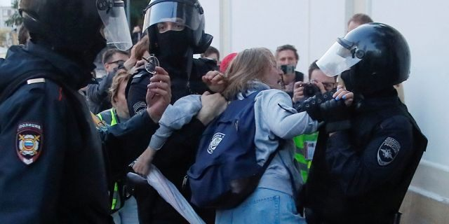 Law enforcement officers detain Muscovite Daria Sosnovskaya after a rally to demand authorities allow opposition candidates to run in the upcoming local election in Moscow, Russia Aug. 10, 2019. (REUTERS/Maxim Shemetov)