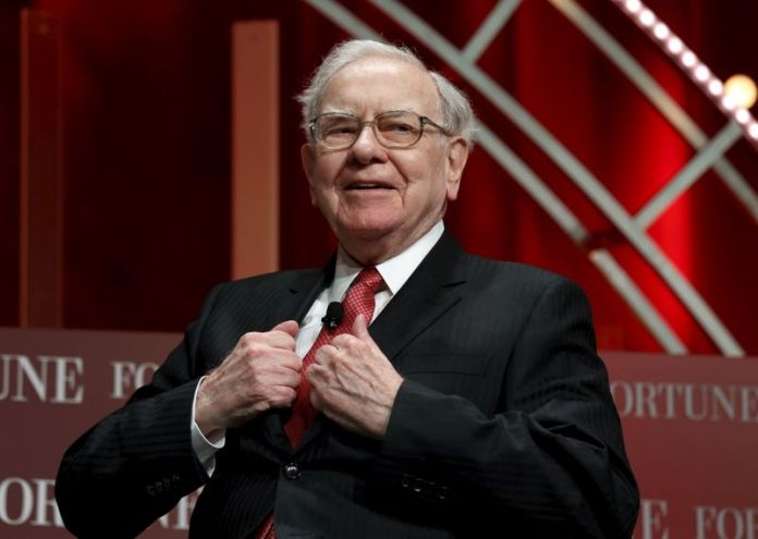 © Reuters. Buffett, chairman and CEO of Berkshire Hathaway, takes his seat to speak at the Fortune's Most Powerful Women's Summit in Washington
