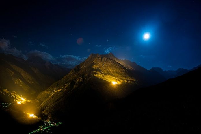 © Reuters. The mountain chains of Veisivi and Dent de Perroc are illuminated to celebrate Swiss National Day in Evolene