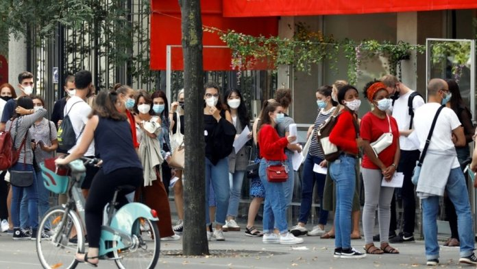 A crowd of people wearing masks in Paris
