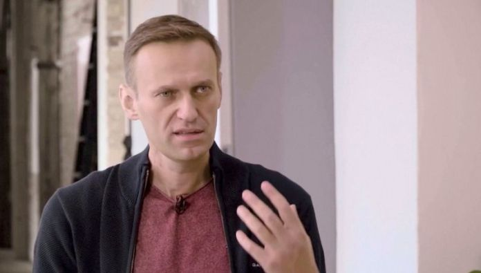 © Reuters. Russian opposition politician Navalny attends an interview with a prominent Russian YouTube blogger in Berlin