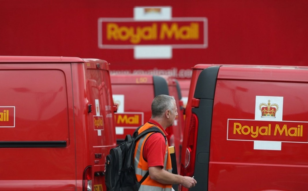 Royal Mail to hire 33,000 Christmas workers to cope with surge in online shopping