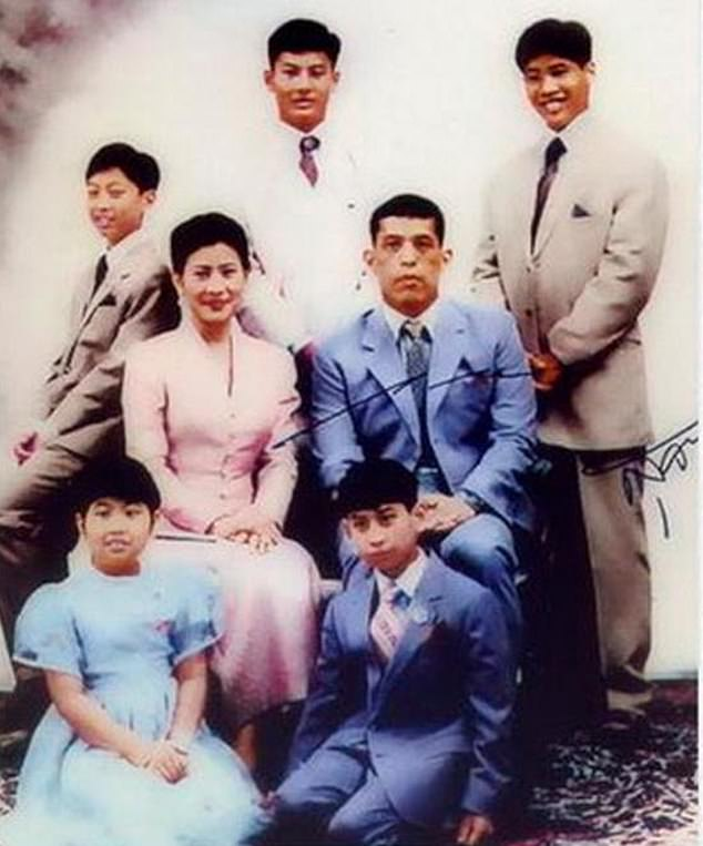 Chakriwat Vivacharawongse (left) with his brothers Juthavachara, Vacharaesorn, Vatchrawee, and his younger sister Sirivannavari, and their parents the Princess Sujarinee and Crown PrinceMaha Vajiralongkorn