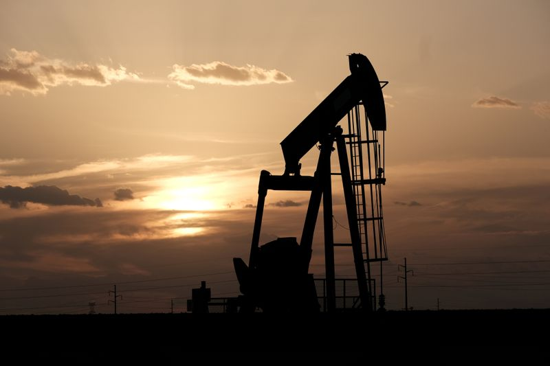 © Reuters. FILE PHOTO: Oil pump jacks work at sunset near Midland