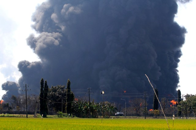 Hundreds evacuated amid fire at oil refinery   NewsChain