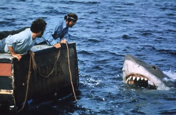 lo-squalo-richard-dreyfuss-e-robert-shaw-davanti-alla-terrificante-creatura-247686