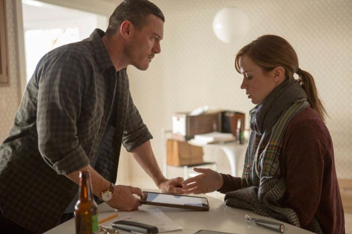 Luke Evans ed Emily Blunt nel film La Ragazza del Treno