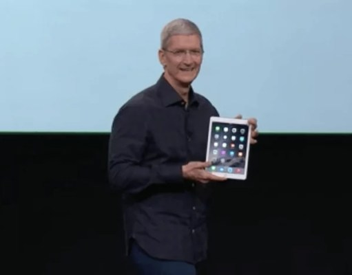 Tim Cook mit dem iPad Air 2