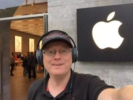 Helge vor dem Apple Store in Kurfürstendamm (Berlin).