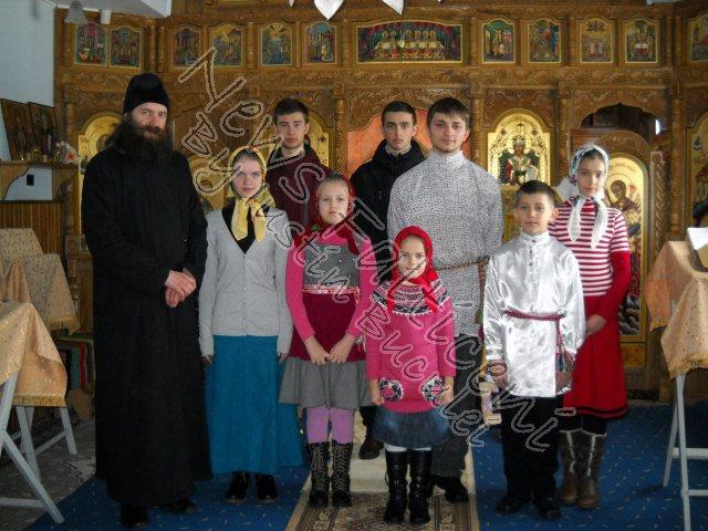 Copiii care se pregatesc de colindat si preotul Stefan Andrian