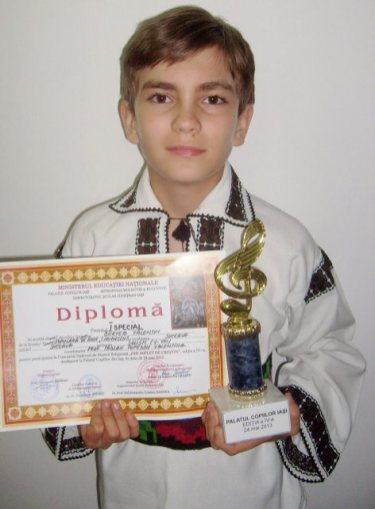 Falticeni-Valentin Bertea cu diploma si trofeul conc muz relig