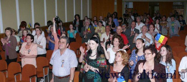 Falticeni-public ridicat in picioare de muzica cenaclului Flacara