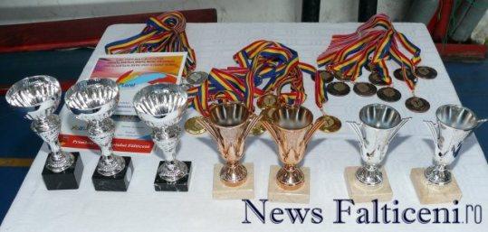 Falticeni-badminton cupe si medalii pt premiere