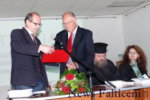 Falticeni-Gheorghe Aldea inmaneaza diploma Meritul Falticenean