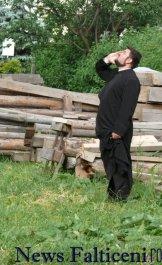 Falticeni-Falticeni-preotul paroh incearca sa il coboare