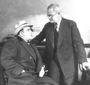 O Capone με τον αρχηγό της αστυνομίας του Σικάγο, John Stege.