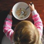 Όταν το παιδί αρνείται να φάει ή το κρατάει με τις ώρες στο στόμα.-Που μπορεί να οφείλετε; – Τι να προσέξετε για να το χειριστείτε καλύτερα.