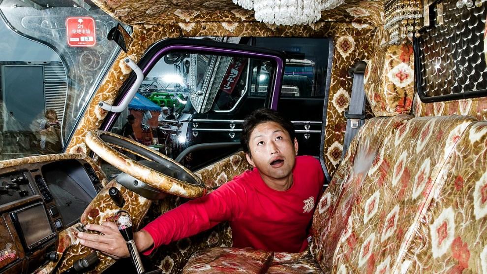 Quando il camion diventa un'opera pop viaggiante, dai Dekotora ai variopinti Jugle Truck del Pakistan.