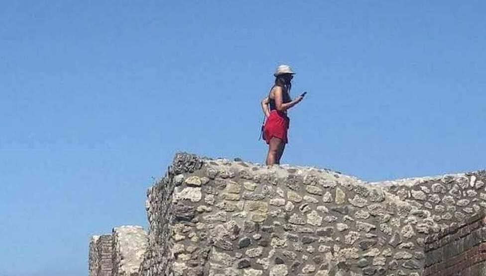 NEWS – Pompei.  Per un selfie giusto e originale oggi si è disposti a tutto
