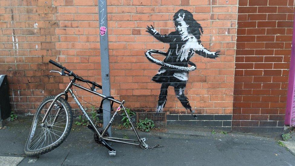 NEWS / Regno Unito, la bimba dell'hula hoop è di Banksy.