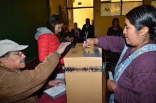 A woman casts her vote during the departmental and municipal elections in La Paz, Bolivia, on March 29, 2015. The Supreme Electoral Tribunal of Bolivia began on Sunday the departmental and municipal elections, which will be voted 4,975 subnational authorities for a period of five years. (Xinhua/ABI) (vf)
