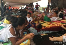 PORTOVIEJO (ECUADOR), April 22, 2016 (Xinhua) -- People affected by the earthquake rest at a shelter in Portoviejo, Ecuador, on April 21, 2016. Ecuador's Prosecutor's Office said in its latest report that the death toll of the devastating earthquake has reached 577. At least 13 foreigners from various countries were among the dead. (Xinhua file photo)