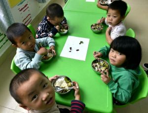 Children at a kindergarten in Dingwei county, Guizhou province are having their nutritional meals. A total of 181 pre-school children in the county, which is among the 20 poorest in the province, have been offered nutritional meals each day since the fall semester of last year. (Photo by People's Daily Online)