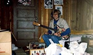 A young Kurt plays guitar.
