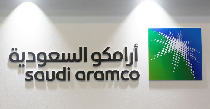 © Reuters. FILE PHOTO: The logo of Saudi Aramco is seen at the 20th Middle East Oil & Gas Show and Conference in Manama