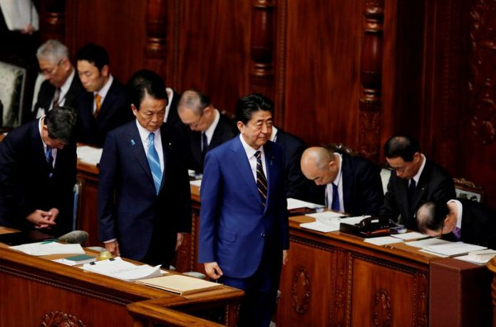 © Reuters. FILE PHOTO: Japanese Prime Minister Shinzo Abe and Finance Minister Taro Aso attend the regular session of parliament in Tokyo