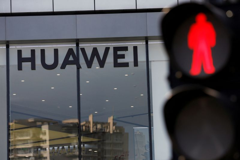 © Reuters. FILE PHOTO: Huawei sign is seen on its store near a traffic light in Beijing