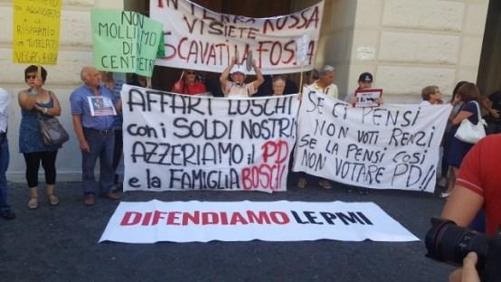 ECONOMIA_ PROTESTA DEL M5S PER L'ULTERIORE DECRETO BANCHE DEL GOVERNO RENZI_la protesta dei cittadini truffati dalla banche