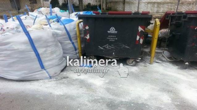 Με σακούλες και... ασβέστη προσπαθούν να `σώσουν` τους πολίτες από τα σκουπίδια στην Τρίπολη - ΦΩΤΟ