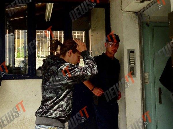 Η θεία της μικρής Μαρίας φτάνει στο αστυνομικό τμήμα Χαϊδαρίου