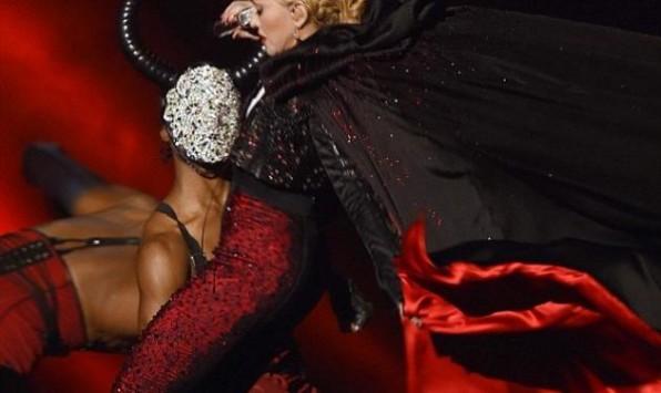 H Μadonna `γκρεμοτσακίστηκε` στη σκηνή των Brit Awards! Βίντεο