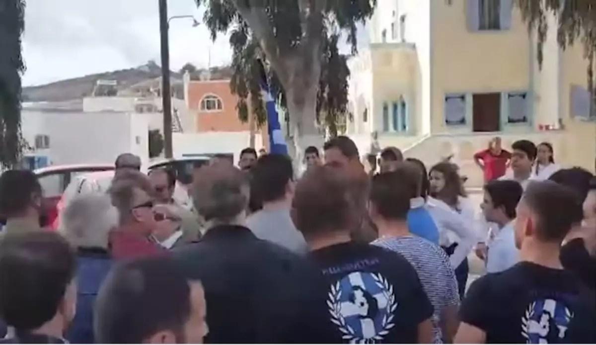 Σαντορίνη: Εικόνες ντροπής και επεισόδια από Χρυσαυγίτες στην παρέλαση [vid] | Newsit.gr