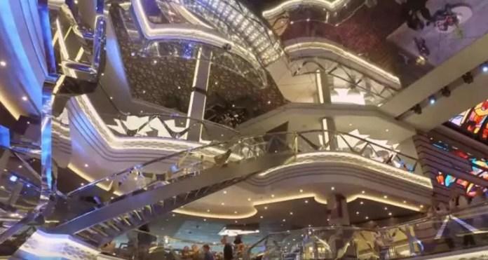 Ηράκλειο: Αυτό είναι το πλωτό παλάτι που έφερε στην πόλη 3.000 τουρίστες – Εικόνες χλιδής στο εσωτερικό του – video