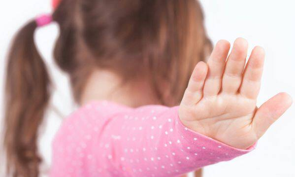 Γιατί δεν πρέπει ποτέ να αναγκάζουμε ένα παιδί να αγκαλιάσει κάποιον;