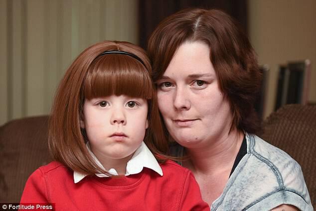 Δάσκαλοι ανάγκασαν 5χρονο κορίτσι με αλωπεκία να βγάλει την περούκα του κατά τη διάρκεια του μαθήματος